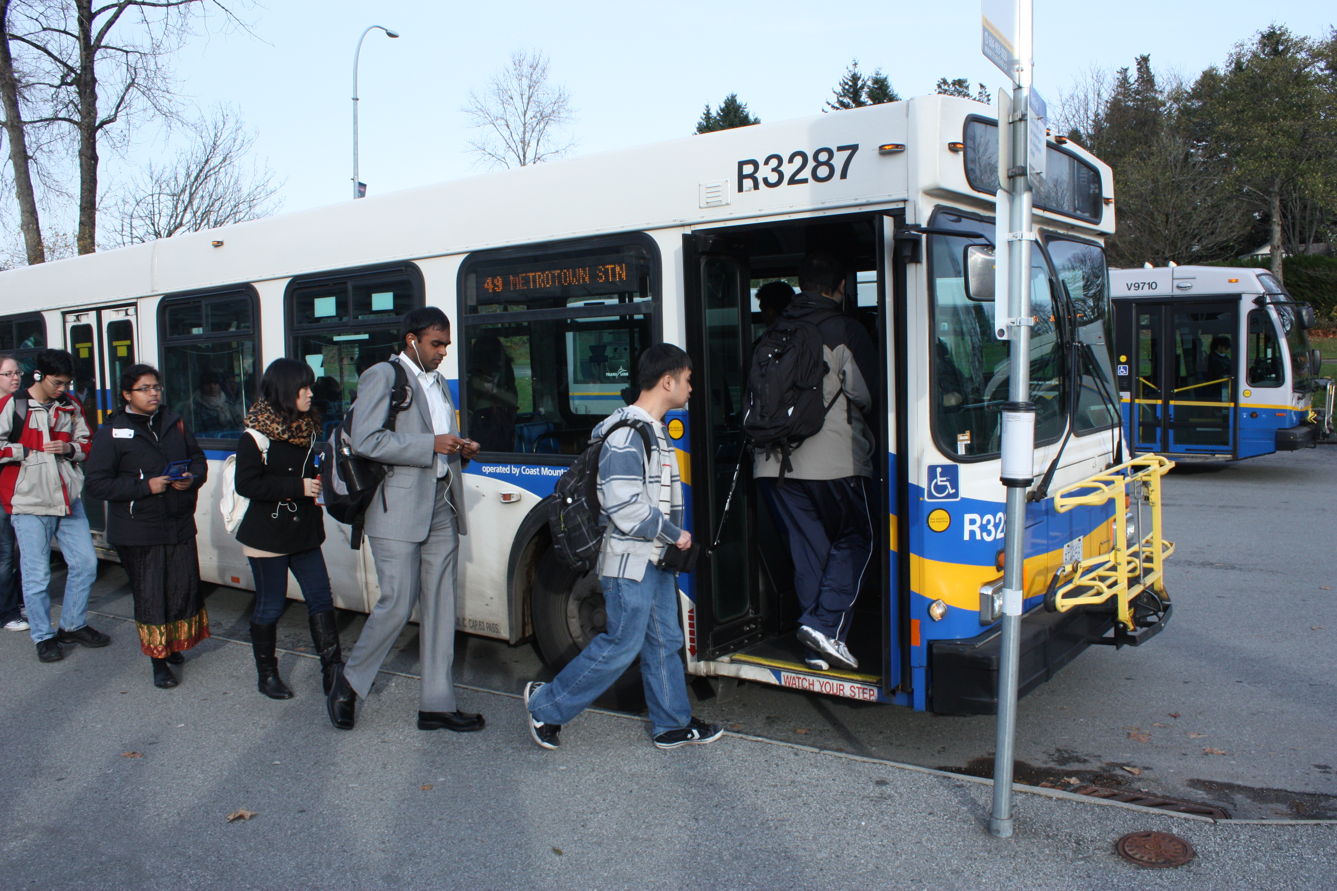 Boarding_the_bus.